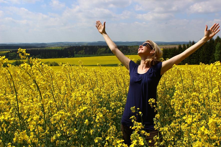 Liberdade, mulher com braços aberto feliz