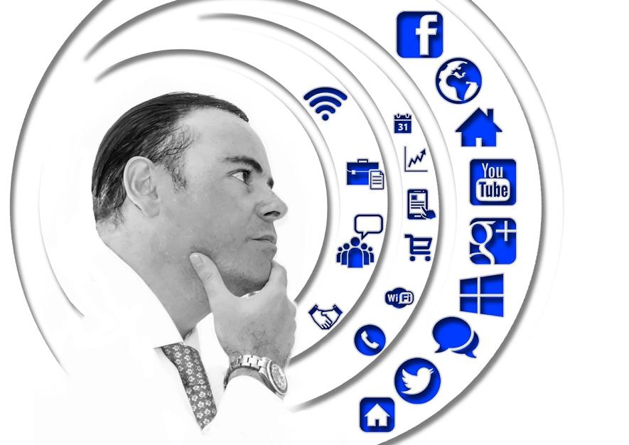 Homem pensando em suas redes sociais