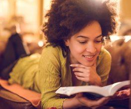 mulher-lendo-livro-estudando